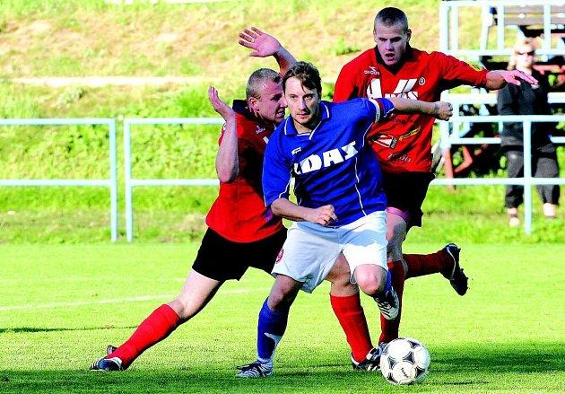 Útočník Vojtěch Zedníček (v modrém) přihrál v nastaveném čase na rozhodující gól Žďáru Radkovi Otoupalíkovi.