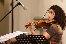 Návštěvníci Slunohraní se mohou ve čtvrtek 9. července těšit na přední představitelku světové hudební scény, zpěvačku a houslistku Ivu Bittovou.