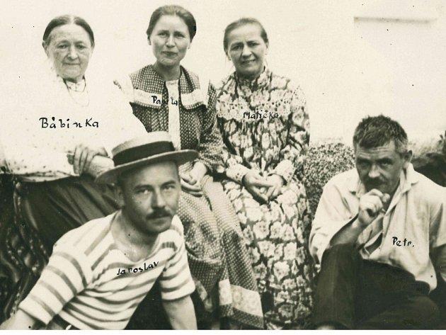 Jaroslav, Petr a Pavla Křičkovi se svou matkou Františkou a bábinkou, která byla inspirací pro Bábinčin maršovský valčík na fotografii z roku 1918.