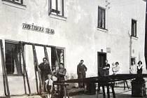 Moučkův dům sloužil jako škola, poté byl přestavěn na barvírnu. Tuto výrobu na začátku 20. století nahradil zámečnický provoz u Moučků (fotografie jsou z 1. republiky).