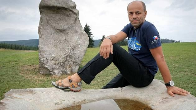 """Kromě čtrnáctitunového památníku dostal horolezec Radek Jaroš darem ještě jeden, o něco menší kámen. """"O něj se ale musím dělit s ptactvem a se zvěří, je to v podstatě pítko. Ale je na něm moje logo a jméno,"""" vysvětlil novoměstský rodák."""