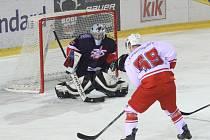 SPÁLÍ PLAMENY ŽIHADLA? Závěrečnou čtvrtinu základní části II. ligy dnes zahájí hokejisté Žďáru nad Sázavou (v bílém) na ledě krajského rivala z Moravských Budějovice.