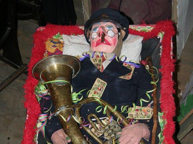 Masopustní úterý se v Rozsochách neobejde bez masek. Místo basy tam pohřbívají muzikanta.