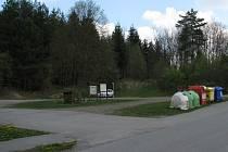 """Na prostranství vznikne """"náměstí"""" a v lesíku mezi ním a školou hřiště a lesopark."""