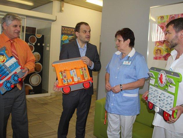 Radní darovali hračky gynekologickému oddělení.