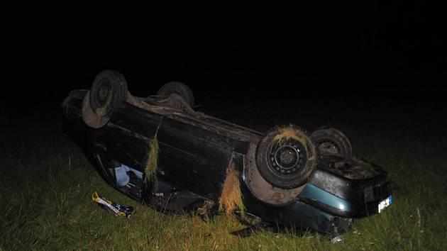 K hrozivě vypadající nehodě došlo o víkendu mezi Rovečným a Věstínkem. Sedmadvacetiletá řidička fiatu havarovala v poli. Dechová zkouška na alkohol byla u ženy pozitivní.