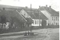 Domy na náměstí v první polovině dvacátého století