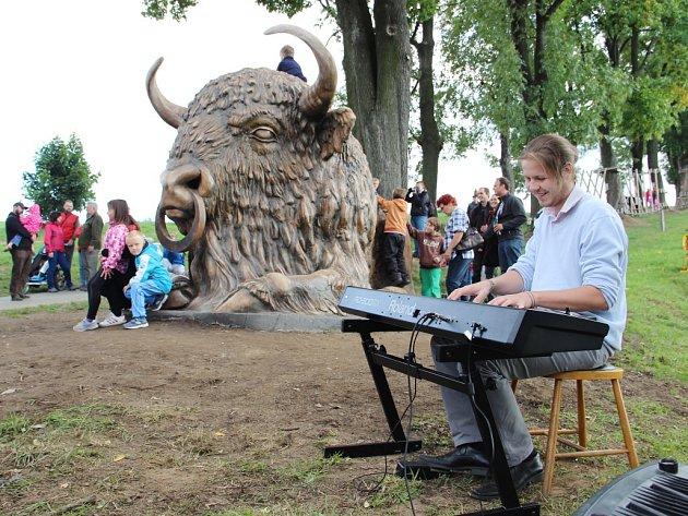 Odhalení sochy Zubra v Bystřici nad Pernštejnem.