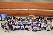 Každý týden Bruslařský klub Zubři Bystřice nad Pernštejnem nabírá nové zájemce do hokejové přípravky.