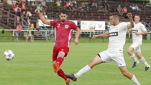 Po sobotním debaklu 0:5 od Velkého Meziříčí určitě fotbalistům FC Žďas Žďár (v bílém) příliš do zpěvu nebylo.