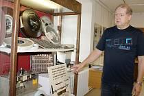 Nová výstava v regionálním muzeu ve Žďáře připomíná návštěvníkům, jak rychle se rozvíjí - a současně zastarává - výpočetní technika. K nejstarším exponátům patří součásti sálových počítačů ze 60. let.