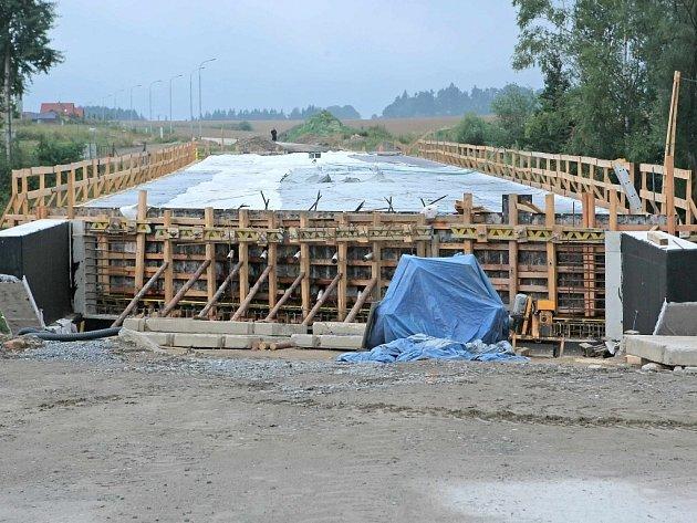 Takřka v rekordním čase termín se zkrátil skoro o půl roku, bude v provozu most vedoucí ze žďárského sídliště Libušín do čtvrti Klafar. Zároveň jako součást této stavby nechalo město upravit nové parkoviště u zimního stadionu.