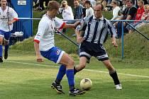 Fotbalisté Velkého Meziříčí B (v bílém) na hřišti Budišova dvakrát prohrávali, ale pokaždé se jim podařilo vyrovnat. Zápas skončil remízou 2:2.