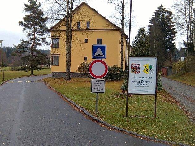 Radnice ve Svratce na začátku školního roku omezila vjezd motorových vozidel do areálu školy. Bezpečnost dětí v lokalitě se tímto zvýšila.