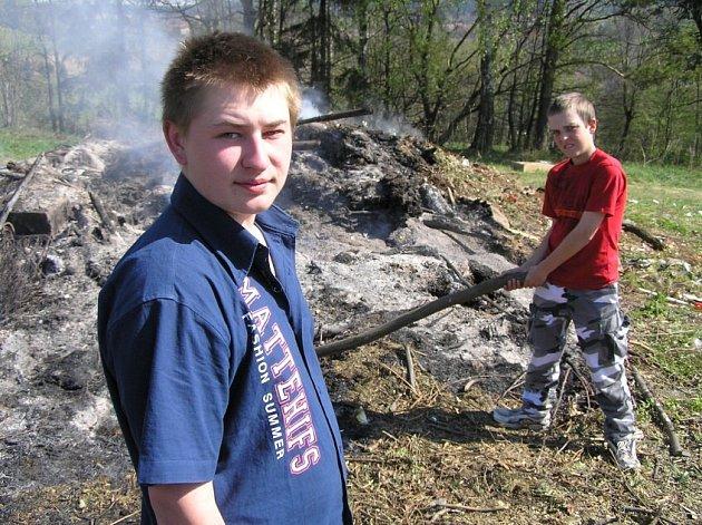 Zbyl jen popel. Ještě ve čtvrtek bylo ve Svratce u hřbitova přichystané dřevo na čarodějnice. Dnes se tam nachází už jen popel. Děti, které tam větve stahovaly, z ohně podezřívají své konkurenty.