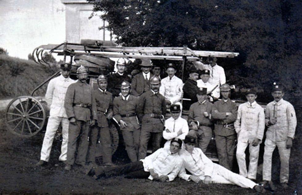 Novoměstští hasiči ve 20. letech minulého století.