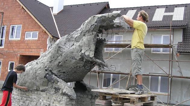 Další ze série nevšedních a nepřehlédnutelných soch z dílny Michaela Olšiaka roste v těchto dnech ve Škrdlovicích.