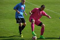 Fotbalisté Počítek (v růžovém Roman Halámka) dosáhli na historický postup do krajských soutěží.
