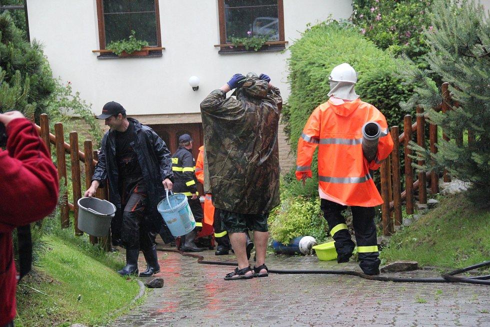 Hasiči na Žďársku měli v neděli plné ruce práce.