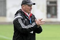Důvodů k úsměvu má na podzim trenér fotbalistů Velkého Meziříčí Libor Smejkal dostatek. Jeho svěřenci po 11. kolech bez jediné porážky vládnou tabulce MSFL.