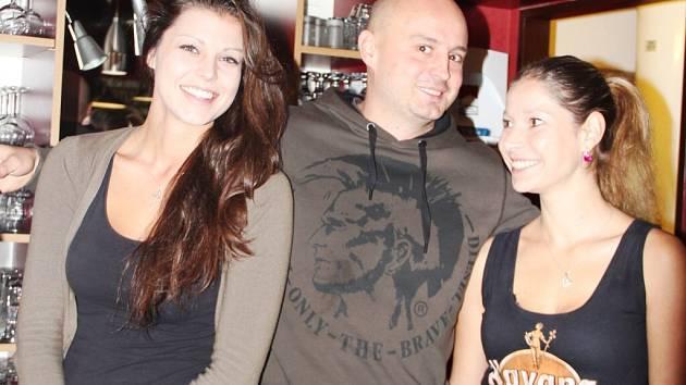 Kromě bohatého jídelního a nápojového lístku sází majitel žďárské restaurace Michal Novotný (na snímku uprostřed) také na obsluhu. Musí být milá a příjemná.