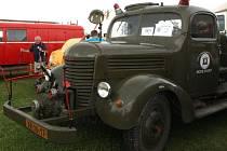 Dva požární veterány patří k historii okrsku Velká Losenice. Prvním je cisternová automobilová stříkačka Praga RN z roku 1953 (zelená) a druhým 60 let stará Praga RN (červená). Foto: Ivo Havlík