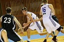 Osmnáctiletý Michal Seidler (s míčem) se v letošní sezoně stal střeleckou kometou basketbalistů Žďáru.