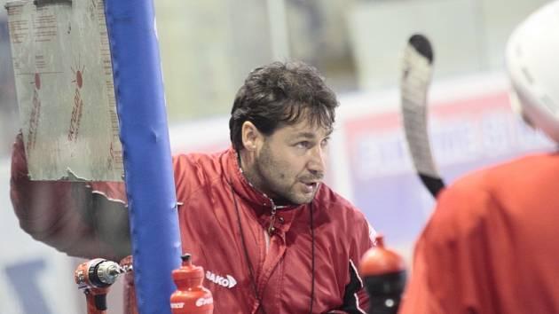 Kouč Martin Sobotka má svým svěřencům během tréninku stále co vysvětlovat.