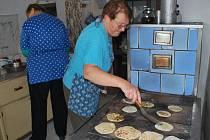 Placky desítka žen z okolí připravila z dvaceti kil brambor a placky se podávaly pomazané švestkovými, nebo hruškovými povidly a sypané mákem.