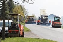 V pondělí položili u jediného vjezdu do sídliště Vodojem ve Žďáře dělníci na silnici nový povrch. Obyvatelé se tak s auty domů nedostali.