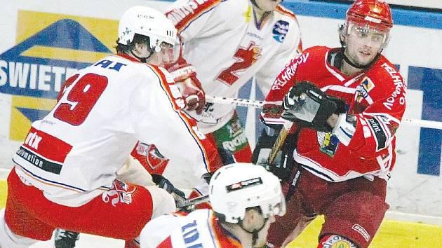 Pelhřimovský útočník Jan Hrbatý (v červeném) se sice na ledě Kolína dvakrát zapsal do střelecké listiny, na bodový zisk to však nestačilo. Spartak ztratil body v posledních dvou minutách, kdy se dvakrát prosadil kolínský Kubišta.