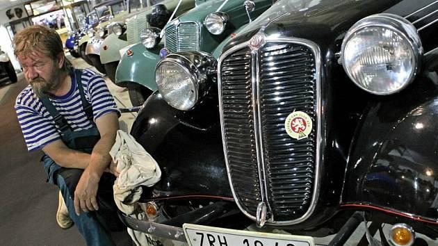 Expozice automobilových veteránů značky Tatra je otevřena v Bystřici nad Pernštejnem.