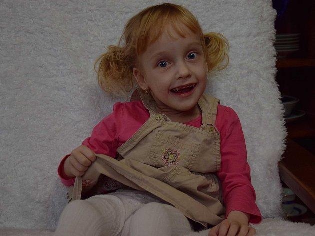 Natálku si rodiče z porodnice odváželi jako zdravé miminko, později u ní ale bylo zjištěno onemocnění dětskou mozkovou obrnou. Díky speciálním terapiím se však její stav lepší. Foto: archiv rodiny Urbanových