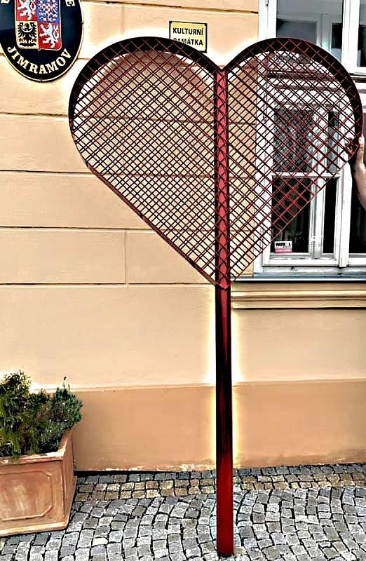 Na velké červené srdce mohou lidé věšet zámky i v Jimramově.