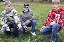 Jan Odvárka, Matěj Peřina a Martin Kalous (zleva) ze Svratky ukazují na místo, kde našli ležet čtyřiasedmdesátiletou Libuši Kubíkovou.