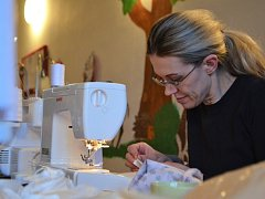 V projektu Tepláčky pro onkoláčky vznikly v Borech tři stovky oděvů pro nemocné děti.