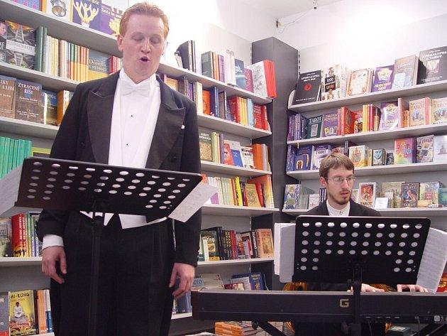 Jakub Pustina zpívá.