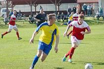 Fotbalisté Jemnicka (v červenobílých dresech) nemohou pomýšlet proti Moravským Budějovicím na nic jiného než na tři body. Ovšem o krk jde i hostům, kteří potřebují také uspět.