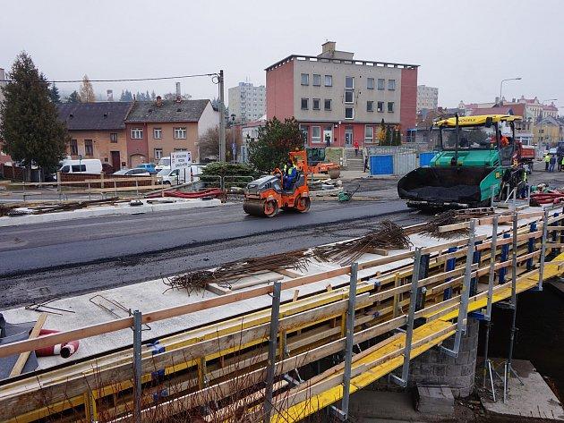 Na mostě přeš řeku Oslavu probíhají poslední dokončovací práce.