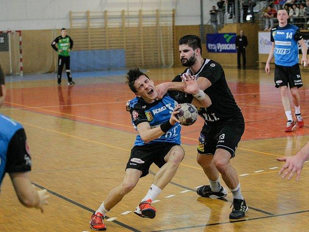 Že souboje s hráči Plzně bolí, se Jakub Štěrba (v modrém) přesvědčil už v minulé sezoně.