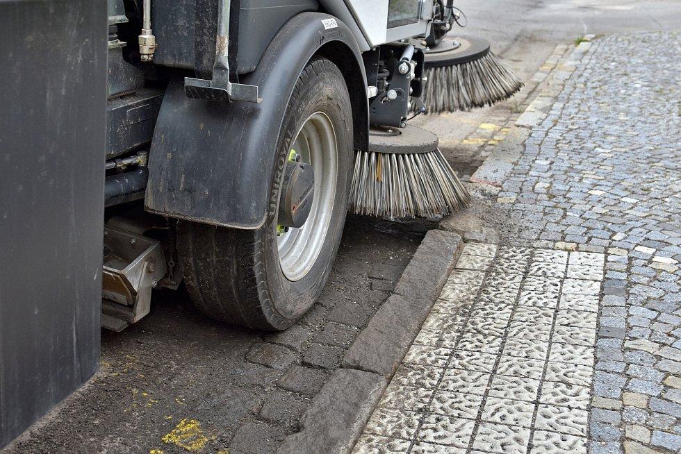 Úklid města zajišťují pracovníci technických služeb.