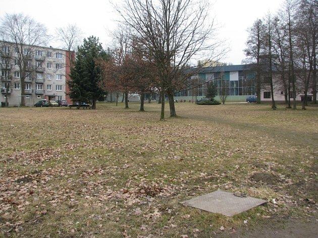 V parku naproti bazénu vyroste Rákosníčkovo hřiště.