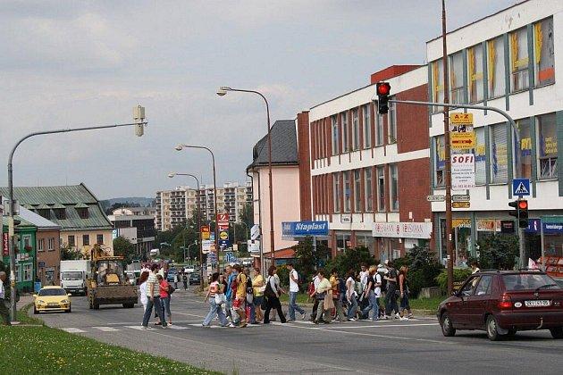 Pomalu popojíždějící auta v kolonách. Tak vypadá centrum města Žďáru téměř celý den. Situaci by měla vylepšit výstavba obchvatu.