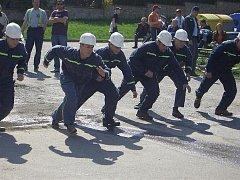 Dobrovolní hasiči z Ořechova při soutěži Heřmanovská savice v roce 2008.