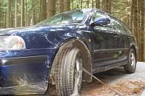 Kradené auto s kradenými registračními značkami policisté dostihli až v lese u Štěměch na Třebíčsku.