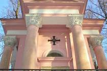 Klasicistní kaple s hrobkou stojí v lesoparku Templ.
