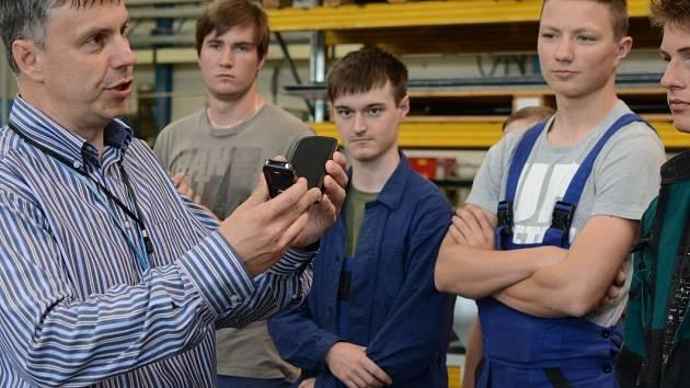 Studenti Vyšší odborné školy a Střední průmyslové školy ve Žďáře nad Sázavou absolvují pravidelně praxe ve žďárské firmě DEL.