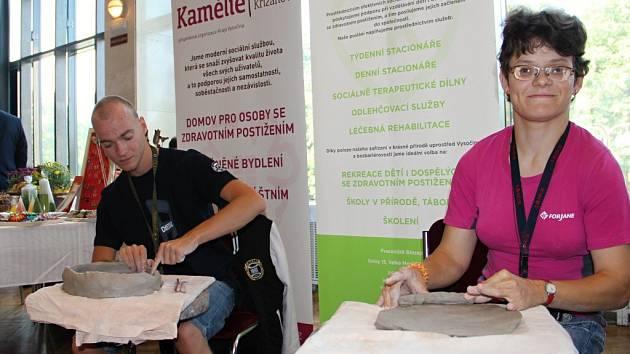 Na Festivalu sociálních služeb se představilo i centrum Kociánka z Březejce. Jeho klienti se mimo jiné věnují i modelování ze šamotové hlíny, které předvedli přímo na místě.
