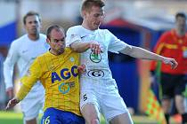 Trenér Velkého Meziříčí Libor Smejkal sliboval už po skončené sezoně příchod hráče ligových parametrů. Klubu se podařilo získat Petra Dolejše (ve žlutém), který  v minulosti nastupoval například i v dresu Jihlavy a Teplic.
