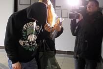 Vojtěcha Š. obžaloba viní z toho, že pohlavně zneužil dítě mladší 15 let, přiměl je k obnažování, zpřístupnil dítěti pornografické dílo a přiměl je k jeho výrobě.